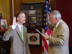Robert Sumwalt, taking the oath of office, administered by then-NTSB Chairman Mark V. Rosenker on August 21, 2006.